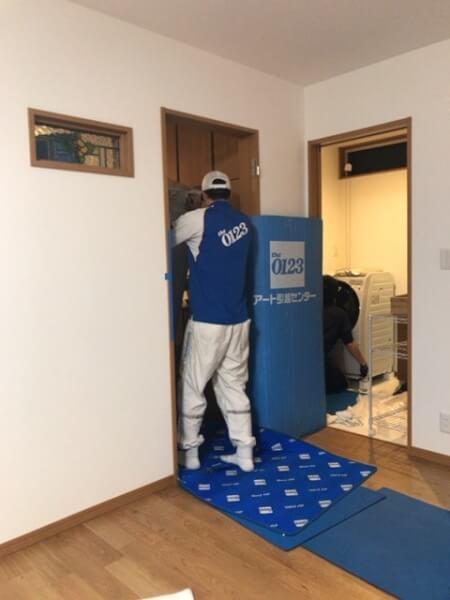 引っ越しで冷蔵庫を運ぶ