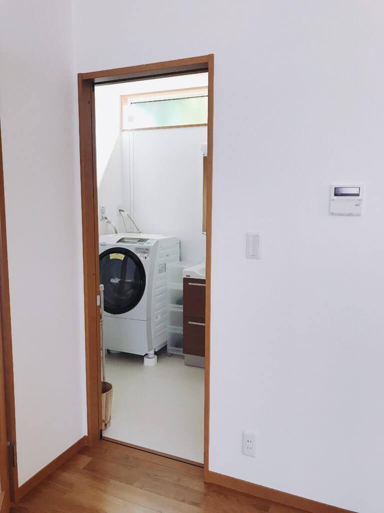 洗面所の白いクッションフロア