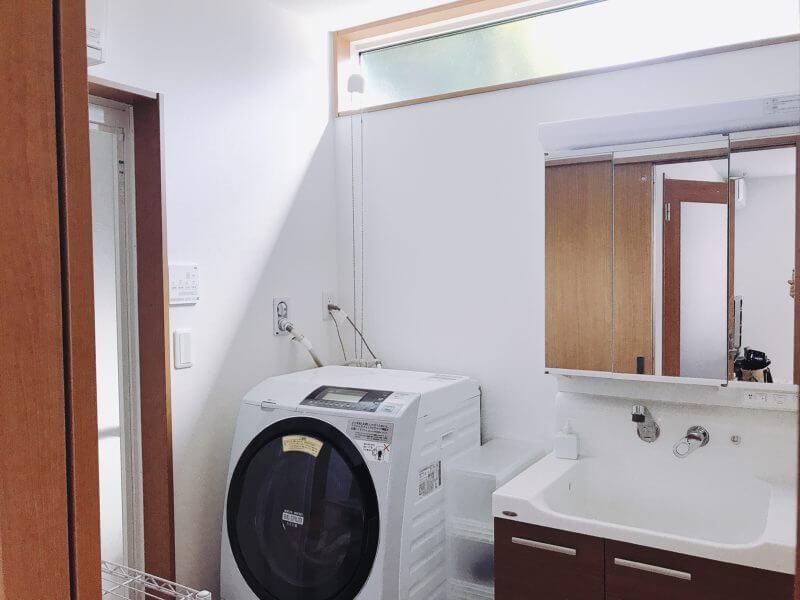 一戸建ての洗面所の窓