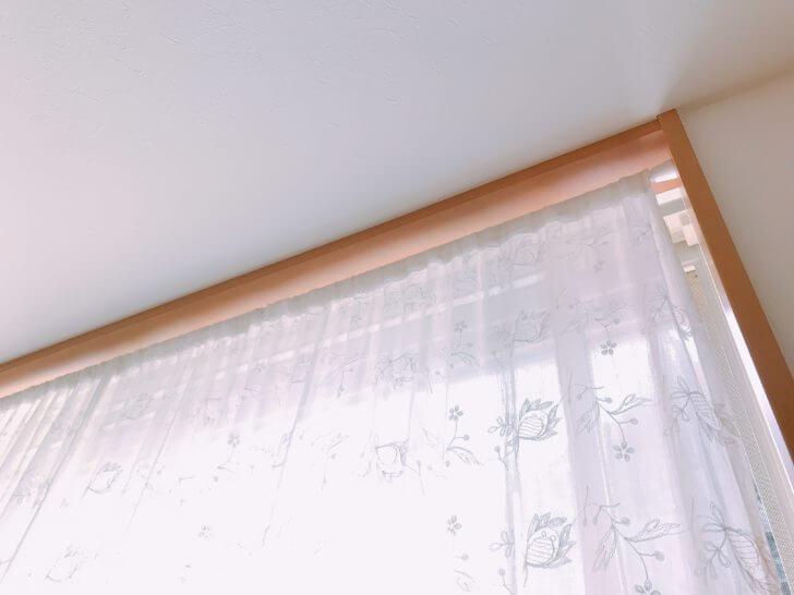 突っ張り棒で取り付けたカーテン