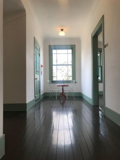 ブラフ18番館の廊下
