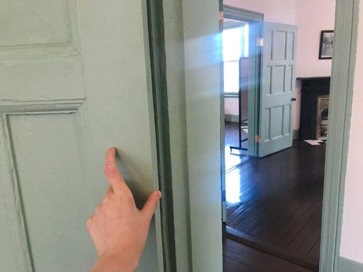 ブラフ18番館のドア
