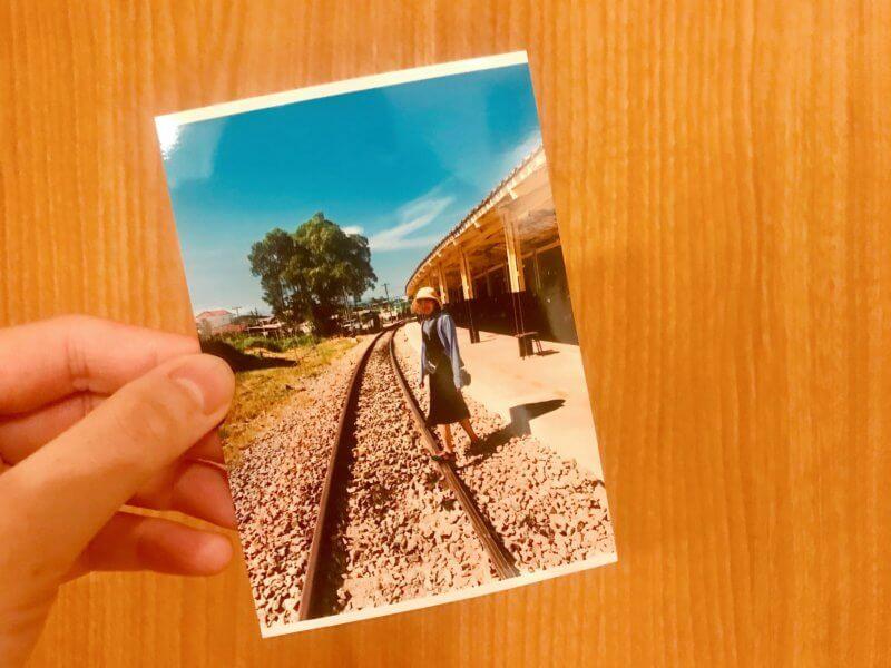 線路を歩く女の子の写真